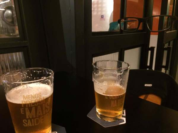 Um brinde com o óculos no Narreal com os3fominhas