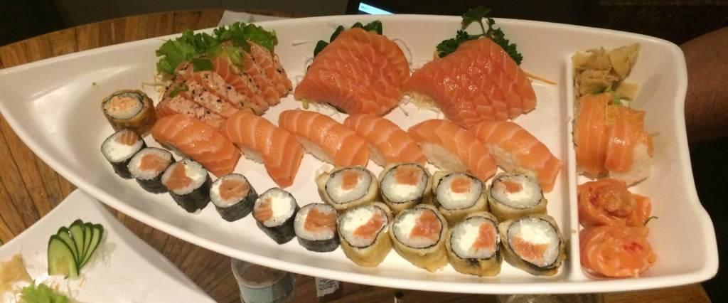 barco de combinado de salmão do Restaurante Sushi Rio com os3fominhas