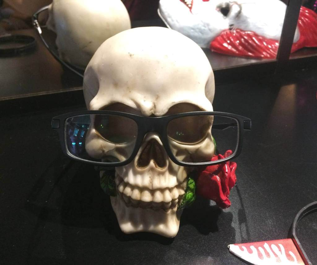 Hamburgueria Descolado óculos de fantasia de caveira