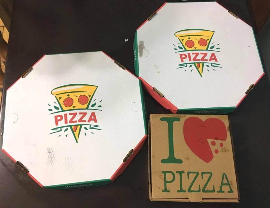 pizzas na embalagem de papelão da Pizzaria Estrela do Rio