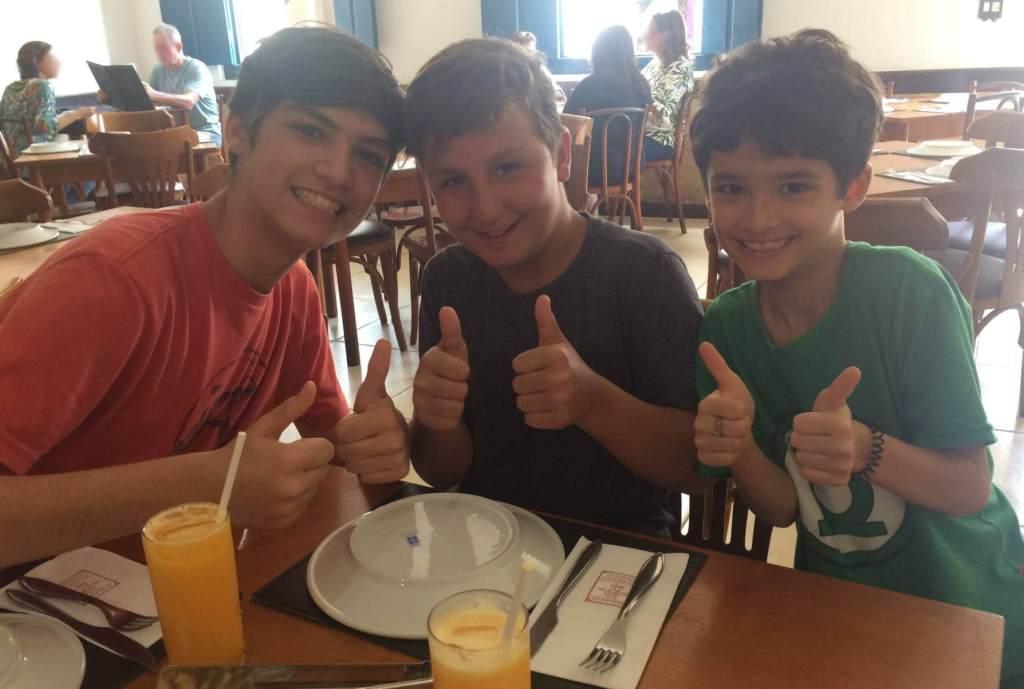primos no restaurante Galeria do Engenho com os3fominhas