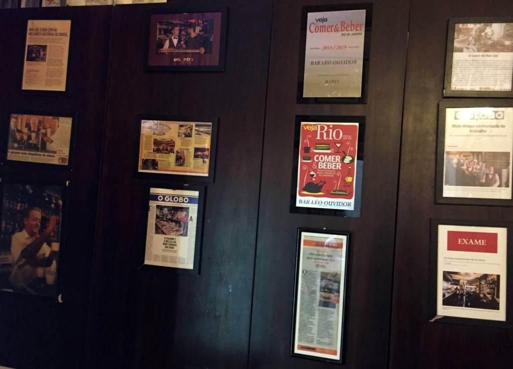 parede com premios do Bar do Leo com os3fominhas