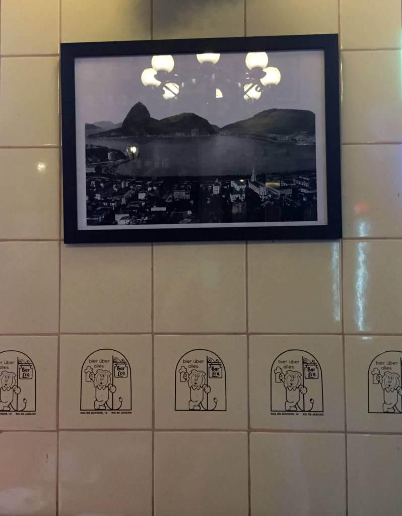 parede decorada do Bar do Leo com os3fominhas
