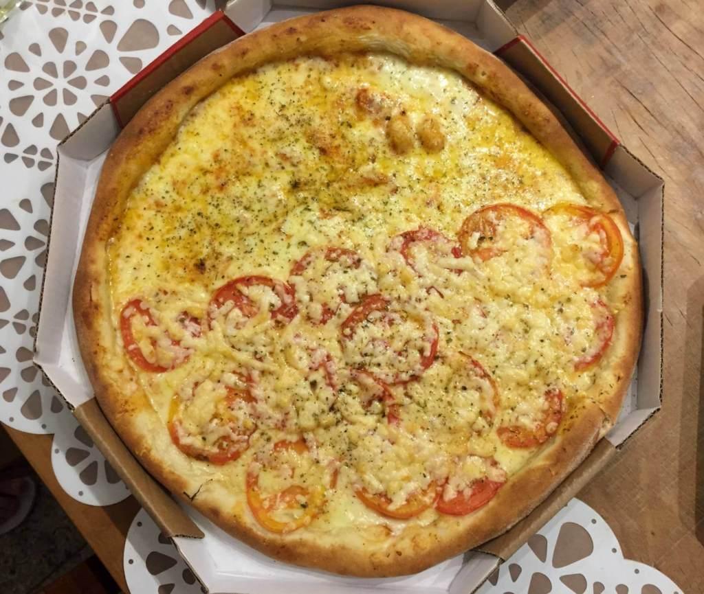 pizza metade mussarela e metade napolitana da Forneria Original com os3fominhas