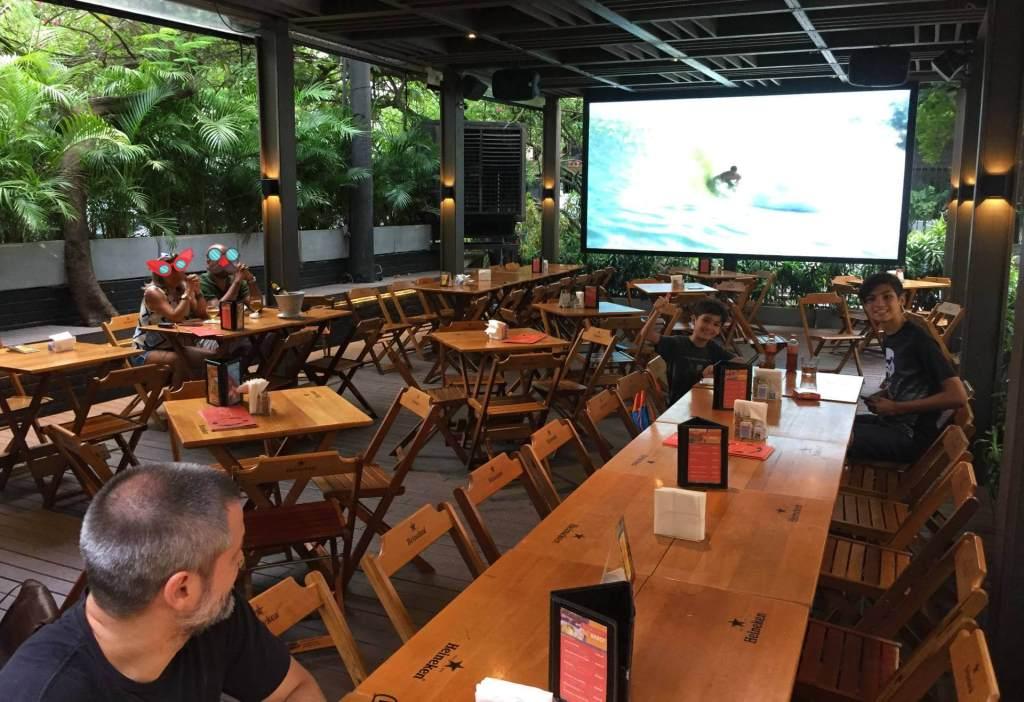 parte externa coberta do Raro Bar e Grill com os3fominhas