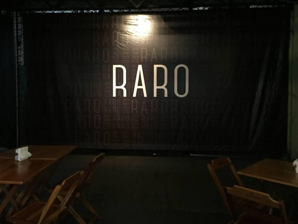 marca Raro na parede do Raro Bar e Grill com os3fominhas