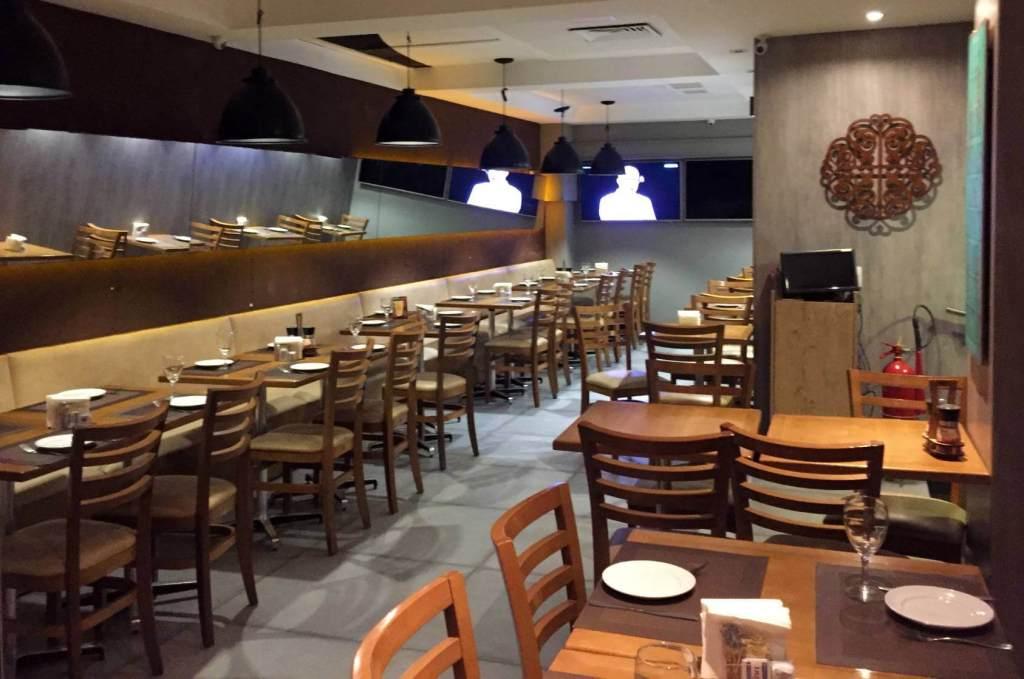 parte interna do Raro Bar e Grill com os3fominhas
