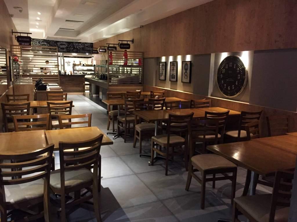 parte interna com buffet no almoço do Raro Bar e Grill com os3fominhas