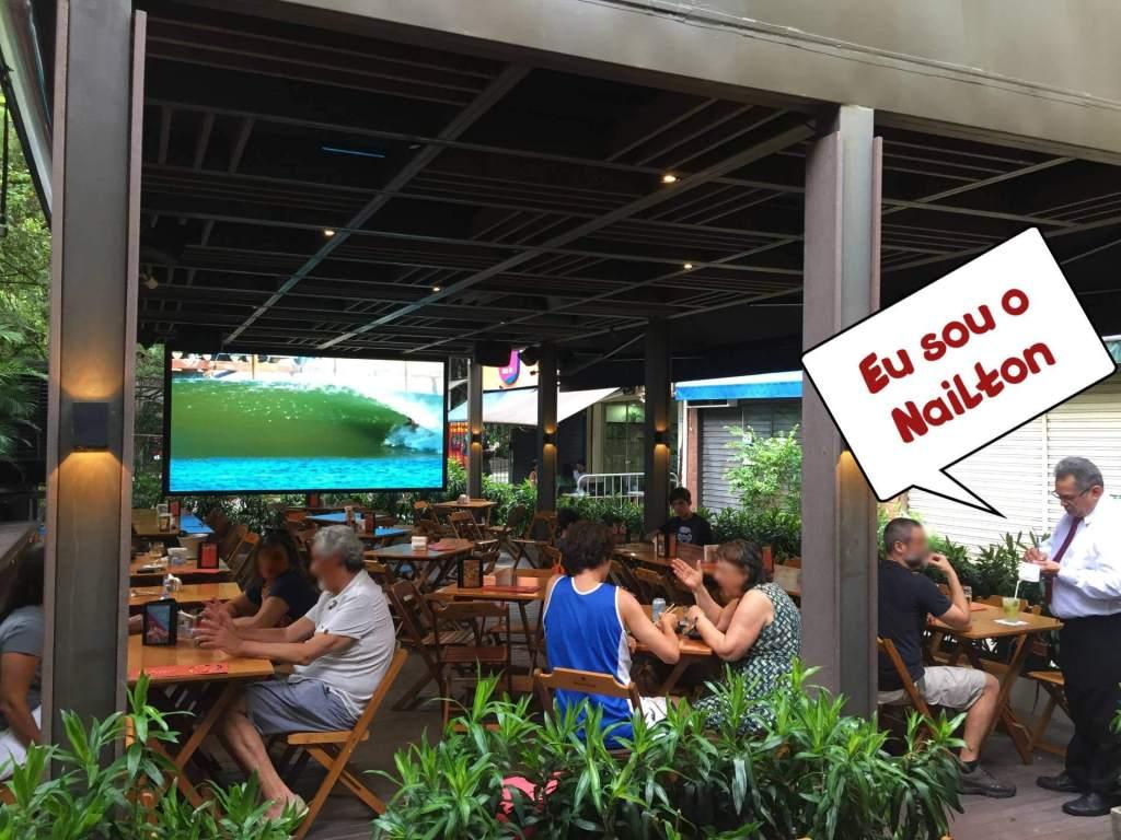 varanda com Nailton no Raro Bar e Grill com os3fominhas