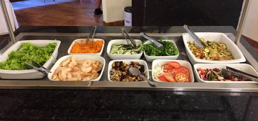 balcão de saladas do Zecas Restaurante com os3fominhas