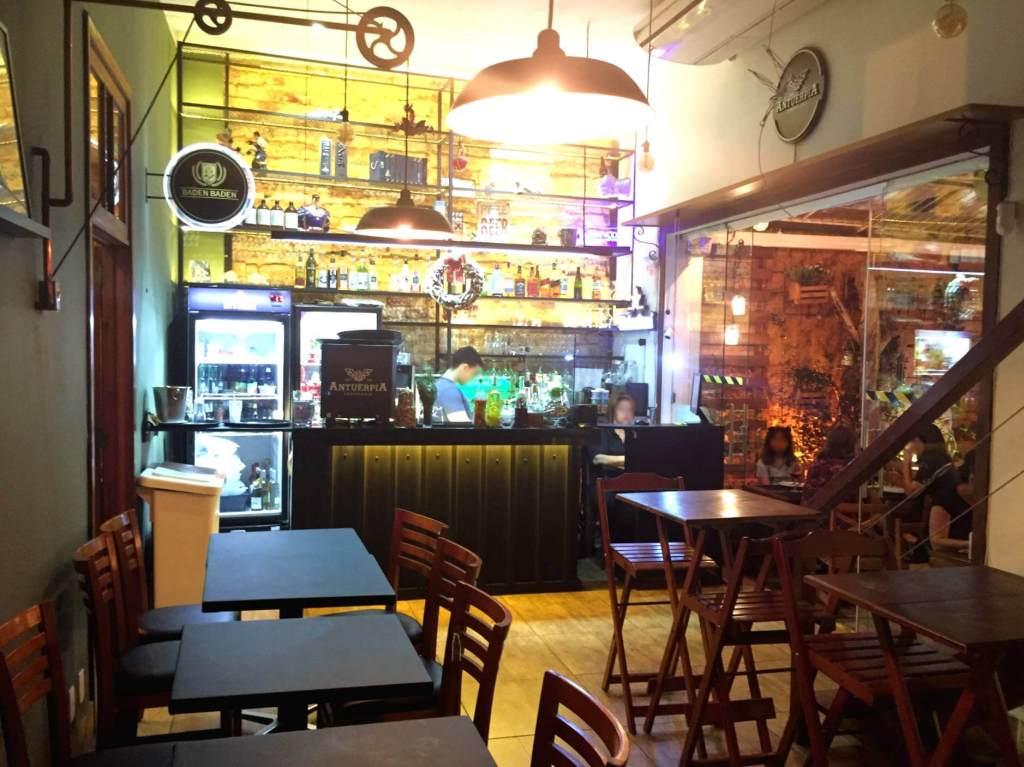 salão interno e bar na Mazzo Pizzaria com os3fominhas