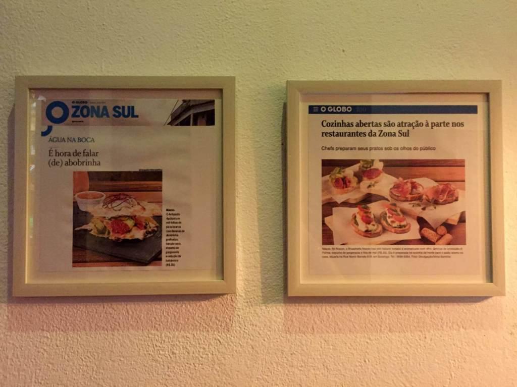 quadro com reportagem na Mazzo Pizzaria com os3fominhas
