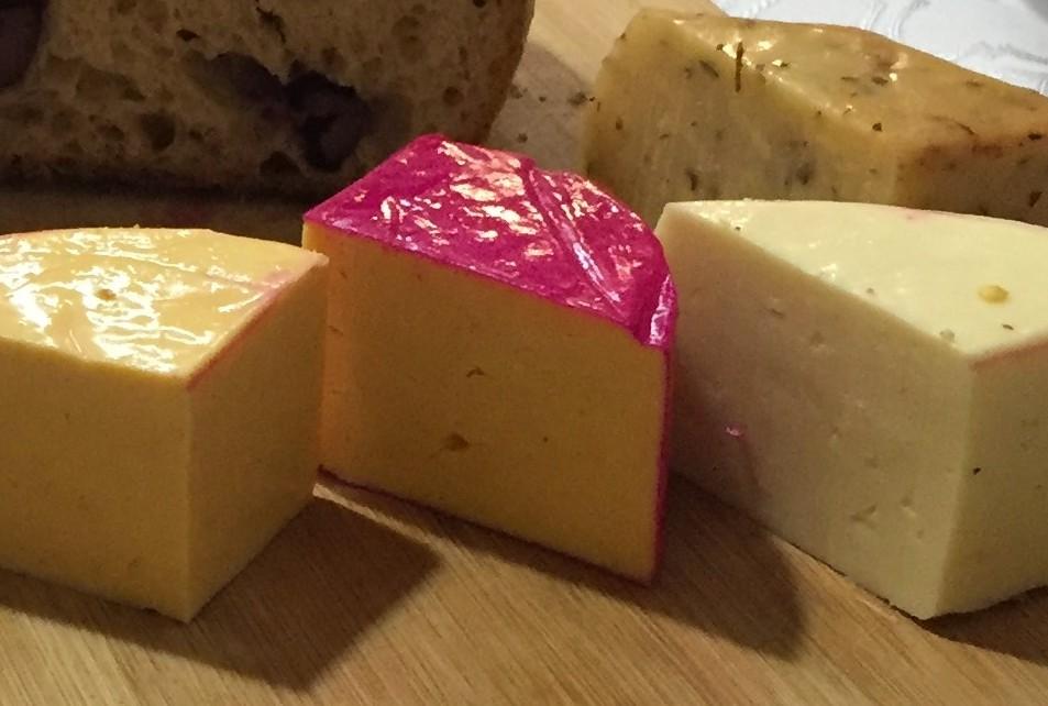queijos abertos na bandeja da Carla do queijo com os3fominhas