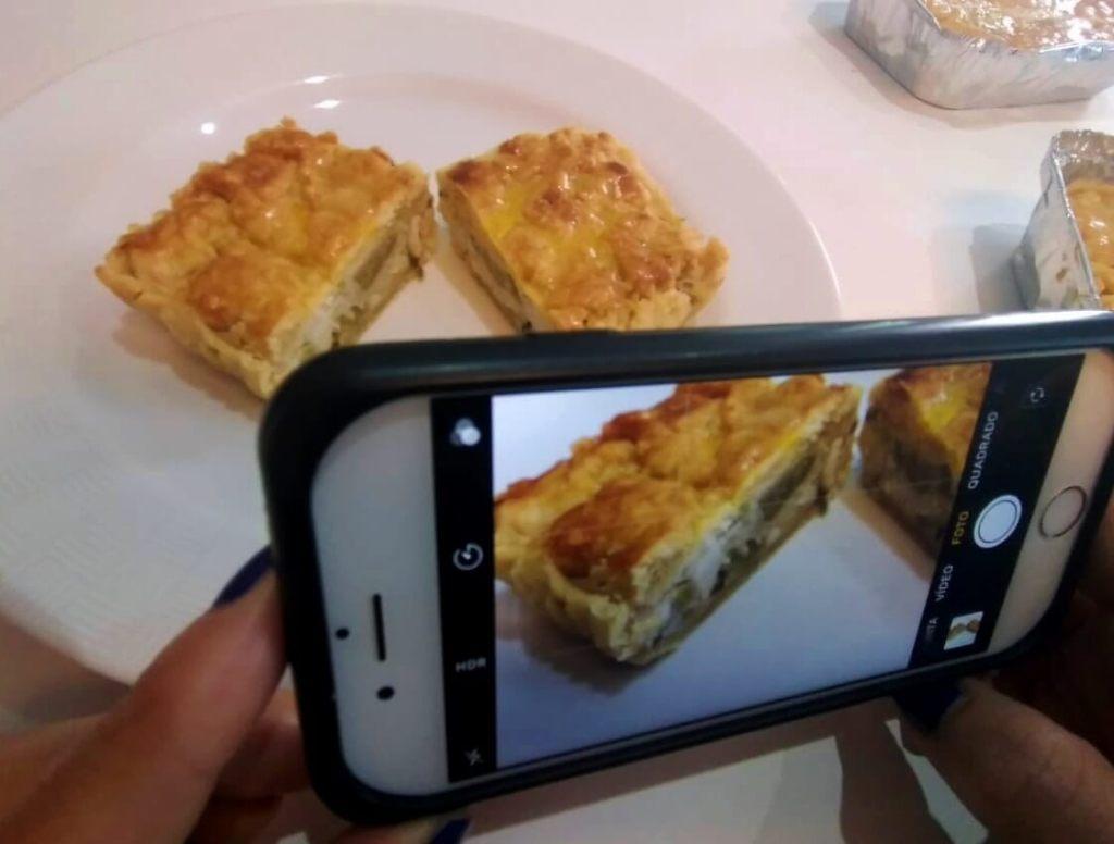 tirando foto do empadão de palmito da Delicias da Ana com os3fominhas